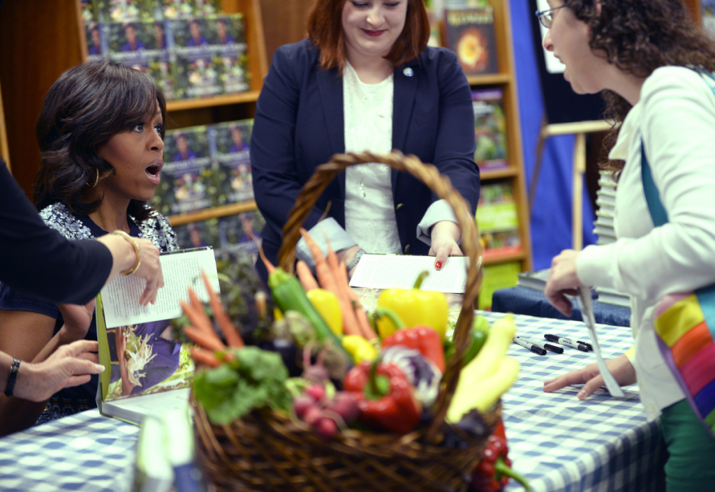 michelle-obama-book-signing24[1]