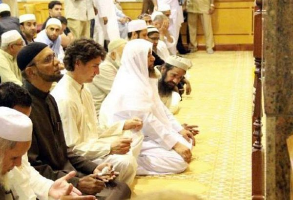 justin-trudeau-praying-in-mosque[1]
